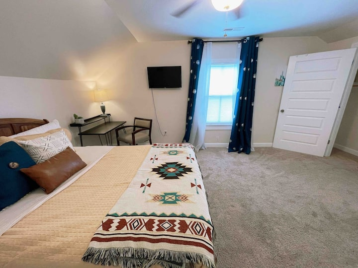Southern Charm - Private Room & Bath by Downtown!