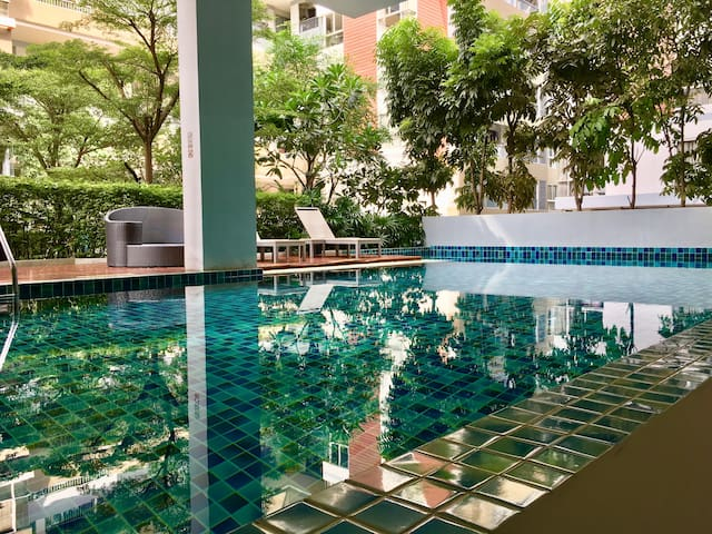 Modern 2BR 400m to BTS Skytrain w/ Pool, Gym, Wifi