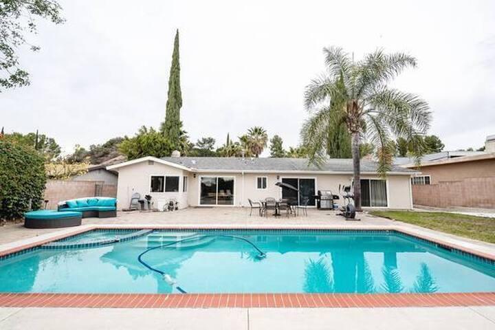 Beautiful Los Angeles 4 Bedroom Villa w/ Pool & Jacuzzi (8 Guests)