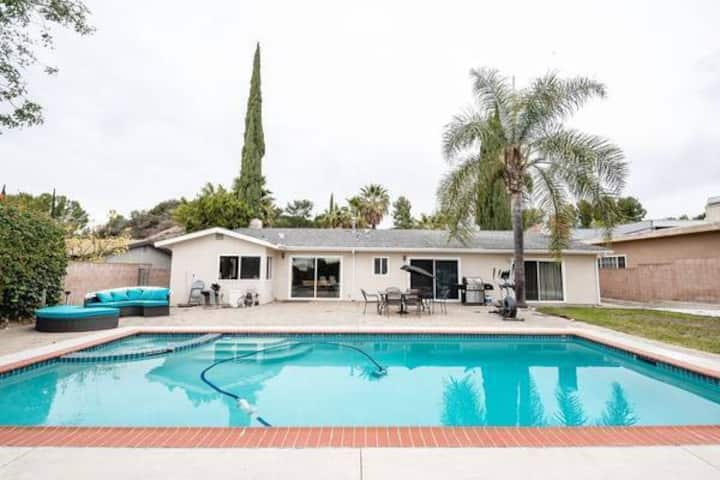 Beautiful Los Angeles 4 Bedroom Villa w/ Pool & Jacuzzi (8 Guests)