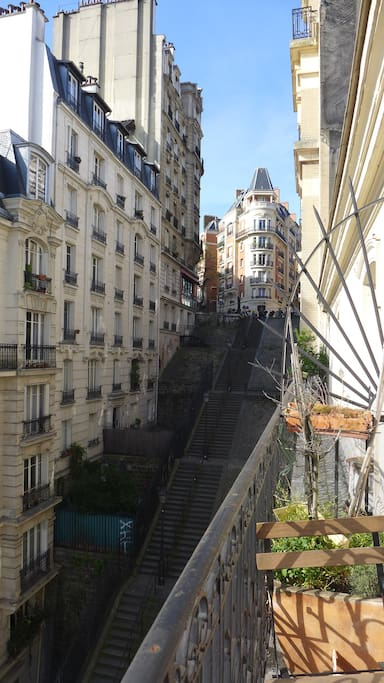Balcon au sud, donnant sur les escaliers typiques de montmartre