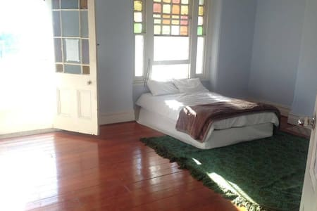 Massive stanmore bedroom with private sunroom - Stanmore