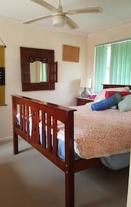 Queen bed with bathroom nearby - Elanora, Queensland, AU