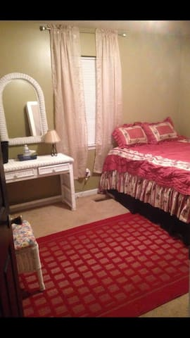 Affordable, clean, cozy room in Safe neighborhood.