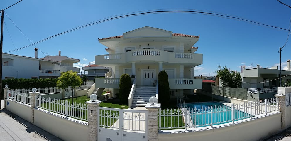 Apartement with pool close to the sea.