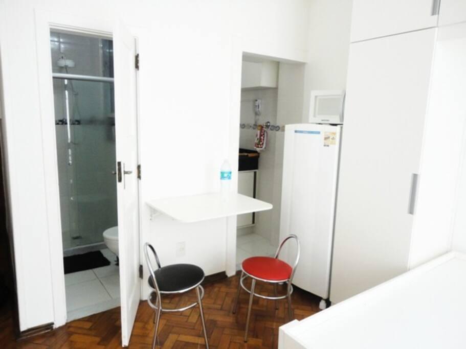 banheiro, mesa e cozinha