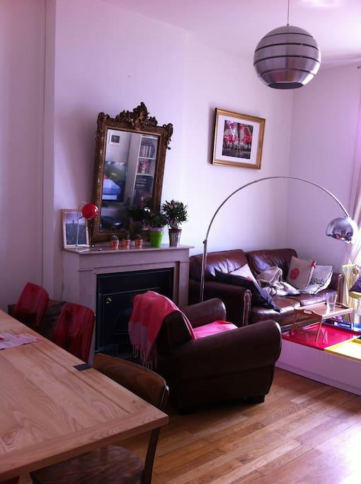 Grand salon avec canapé et table pour manger