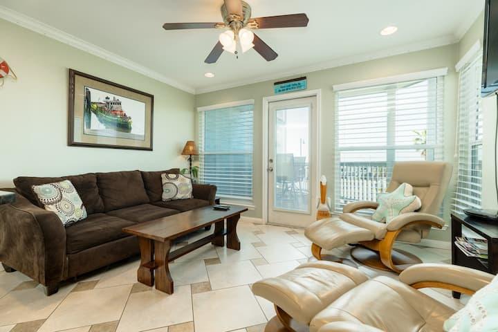 Gulf-front condo w/balcony, beach access & resort hot tub/pool