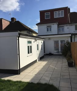 The 5Rs-A True Home Away from Home! - Stanmore - Bungalo