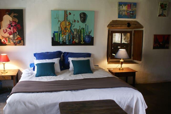 confort  et espace d'un lit xxl bercé par le ronron de la rivière