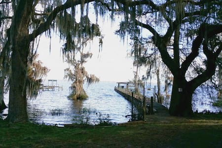 Crescent Lake-Rising Moon Retreat - Crescent City, Florida, US