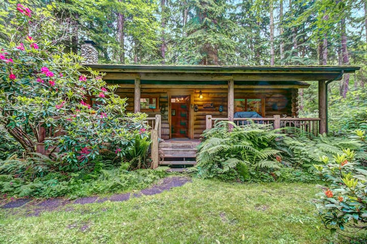Dog-friendly log cabin surrounded by gorgeous woodlands with nearby lake!