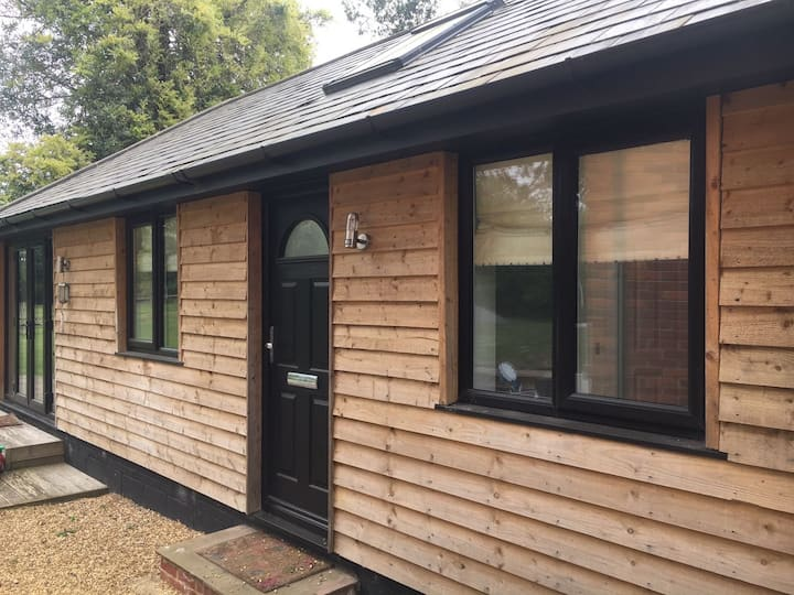 Entire Bungalow & lovely views(Near Henley)
