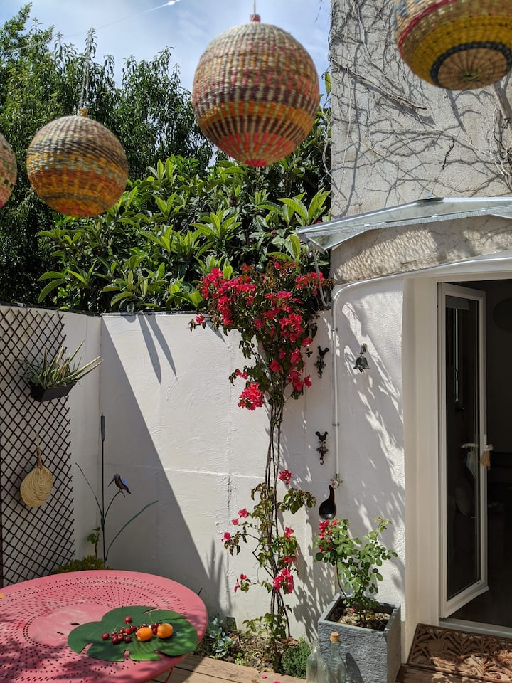 Little cottage with terrace in  old Antibes