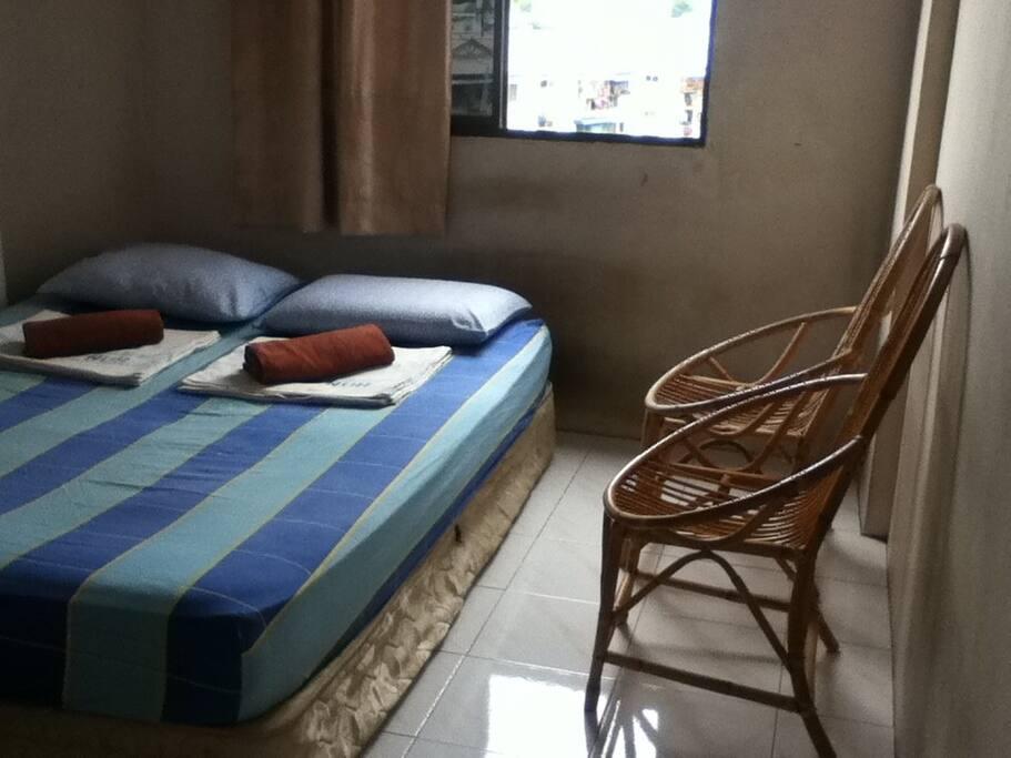 1 queen bed setting.