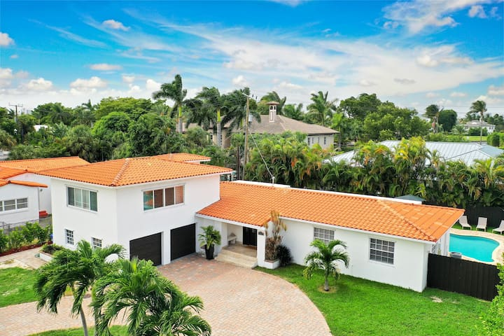 Modern 6BR Estate/With Pool-5 min walk to the Beach