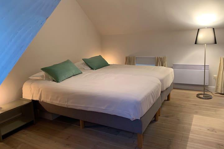 Slaapkamer 2 op de bovenverdieping met een boxspring tweepersoonbed of 2 eenspersoonsbedden.