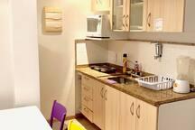 Cozinha completa com geladeira,microondas,liquidificador,sanduicheira e fogão.