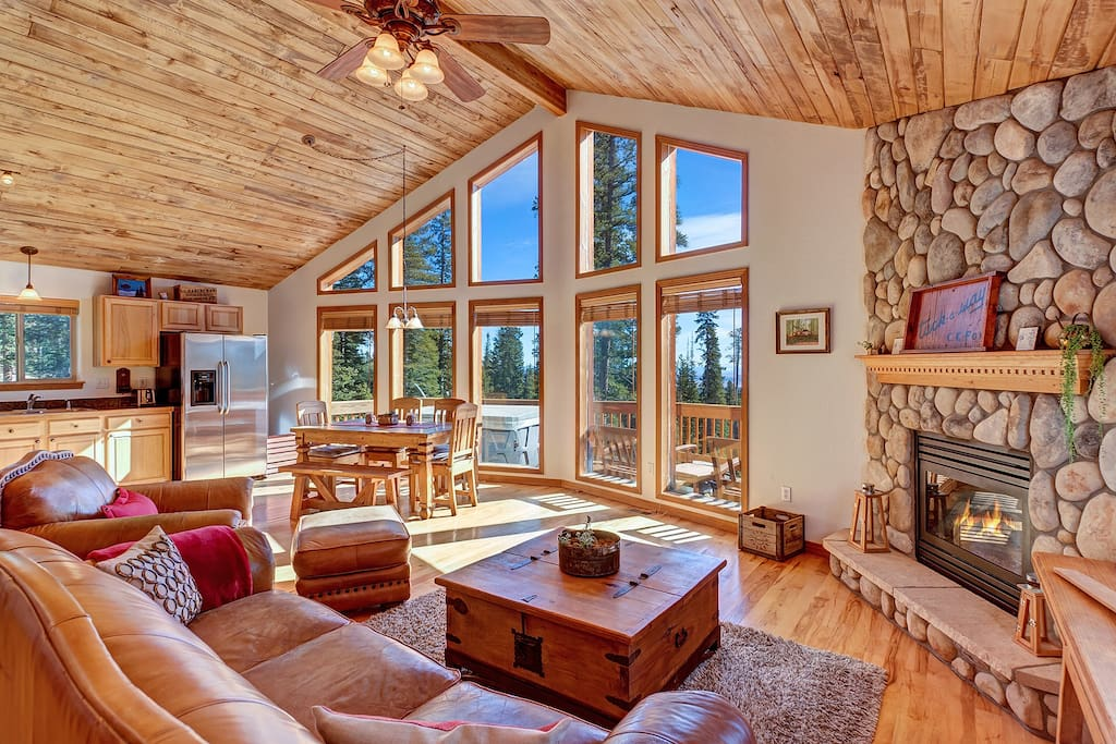 Cozy, rustic furniture, cobblestone fireplace, vaulted aspen ceilings and hickory hardwoods welcome all!