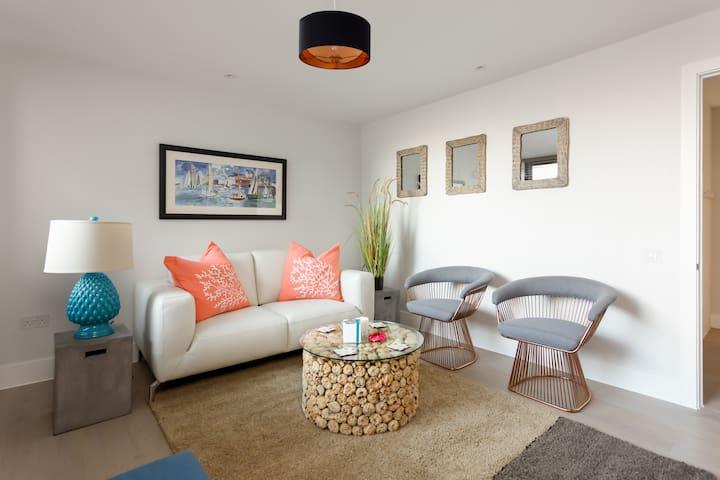 Stunning, Stylish, 2 Bed, close to beach *balcony