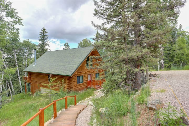 Deer Haven Lodge - Log Cabin with private hot tub!