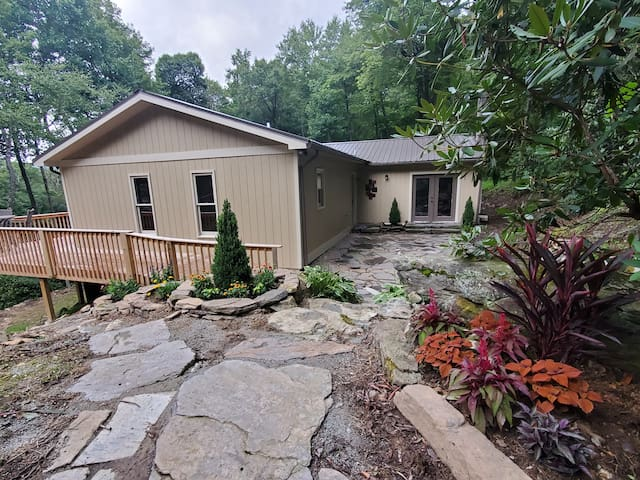 Enjoy Boone ~ cozy, private and a great location