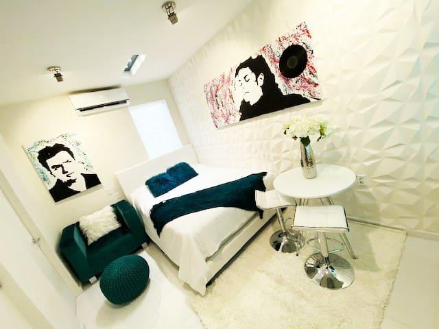 Luxury Studio Apartment Downtown Queen Modern