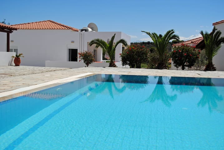Akrotiri House ★ Swimming pool shared ★ Wi-Fi ★ 6p