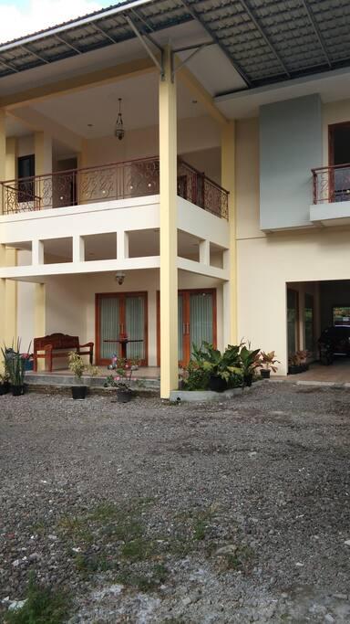 halaman belakang Ratmono Guest House