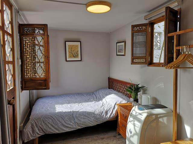 集装箱房子有3间,标准1.5m大床,舒适床品,干湿分离独立卫生间。