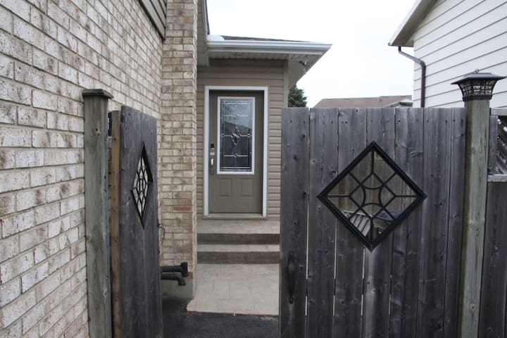 Side door entrance with keyless entry pad