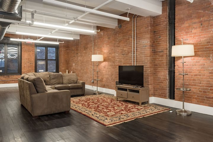 (HB) Downtown Loft! Spacious and Comfortable!