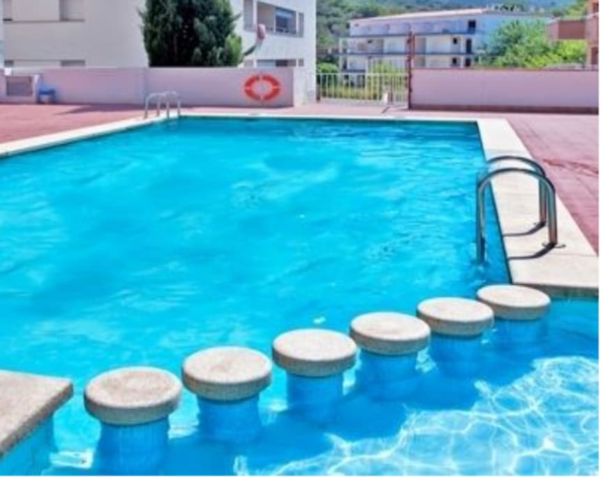 piscina comunitaria muy tranquila