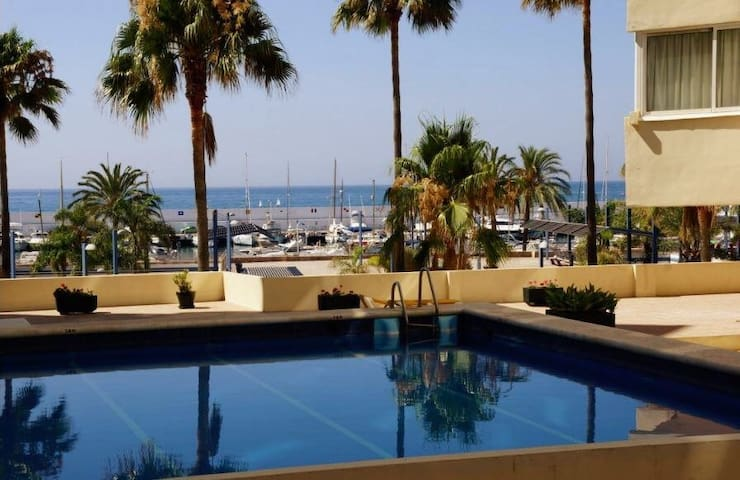 SUPERB BEACH FRONT FLAT, MARBELLA CENTRO