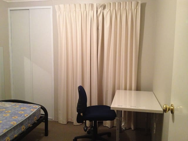 single private room king single bed - Thornlie - Ház
