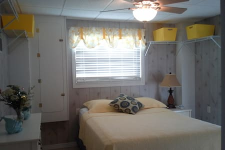 1 bdr 1 bth vaca rental on Hendry Cr & Lakes Park - Fort Myers