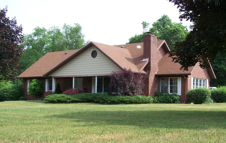 Large home on 5 acres, 10 miles from Louisville - Sellersburg - Rumah