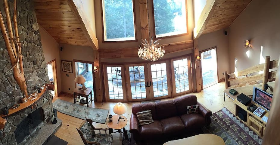 Scenic Adirondack Lakefront Lodge - Tupper Lake - บ้าน
