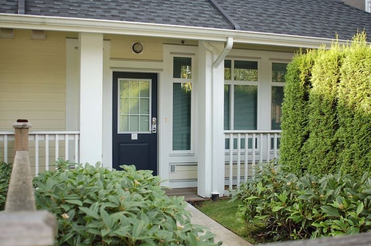 Bright and Cozy townhome, convenience location - Burnaby - Daire