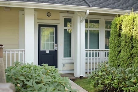 Bright and Cozy townhome, convenience location - Burnaby - Apartment