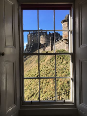 Historic Edinburgh Castle Views Central Apartment