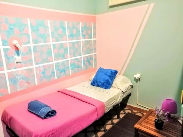 Single & budget bedroom (City Center of Barcelona)