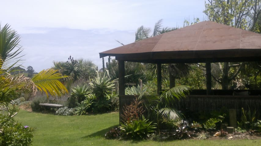 Lake Ngatu Lodge BnB and Garden.5 mns 90 MileBeach