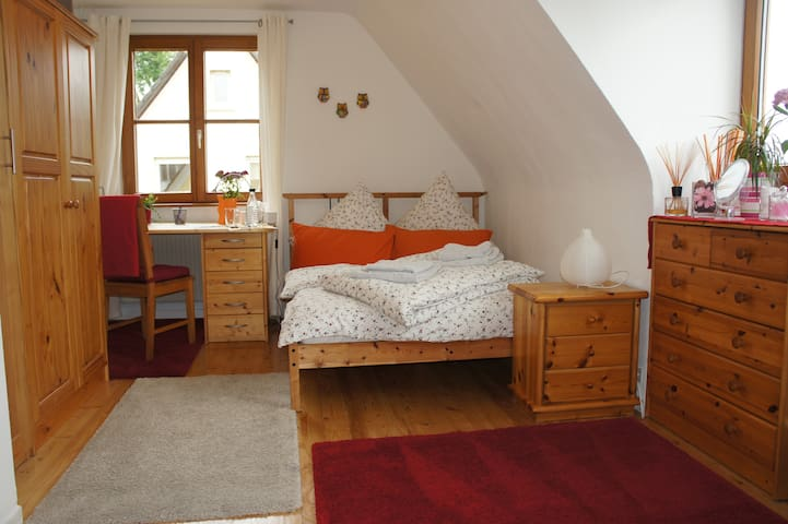 Schönes ruhiges Zimmer, city-naturnah - Merzhausen - House