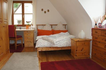 Schönes ruhiges Zimmer, city-naturnah - Merzhausen - Rumah