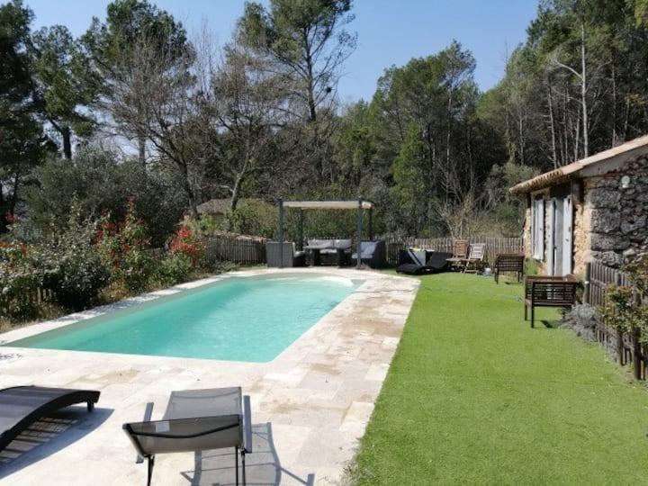Villa climatisée, piscine chauffée et pool-house.