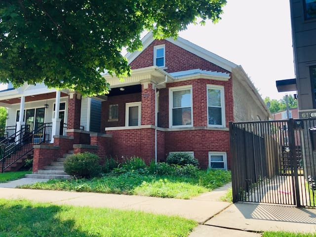 House 3BED/2BATH/1PARKING close to Downtown & Lake