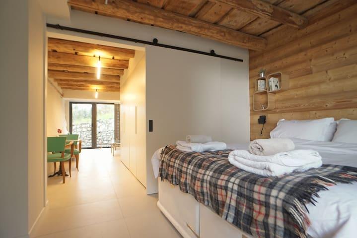 Bedroom with sliding door to Kitchen area and Living Room / Chambre porte coulissante vers Cuisine et Séjour