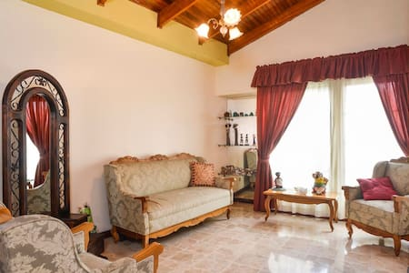 Nice & safe home near Airport - small room - Alajuela - 独立屋
