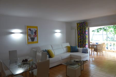 Spacious 2 bedroom apartment 1 minute from beach